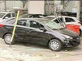 Comerciantes da Barra contam os prejuízos - Neste sábado (22), lojas e shoppings funcionaram normalmente. No entanto, alguns tiveram que contar os estragos causados por bandidos que atacaram estabelecimentos comerciais no bairro. Mais de 30 carros foram atingidos por pedras.