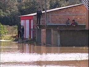 Moradores de São José dos Pinhais aproveitam o dia para limpar casas depois da chuva - Alguns ainda estão com água dentro de casa.