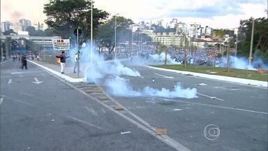 Manifestantes tentam romper área de isolamento feita pela Polícia Militar - PM reagiu e houve confronto.