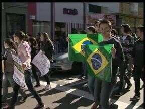 Milhares de pessoas participaram de protestos hoje em Guarapuava - Os manifestantes pediram redução da tarifa do transporte coletivo e do salário do prefeito da cidade.
