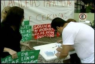 Moradores de Itaipava, RJ, fazem protesto pacífico - Manifestantes recolheram assinaturas dos participantes.Moradores pedem melhores condições nas questões básicas.