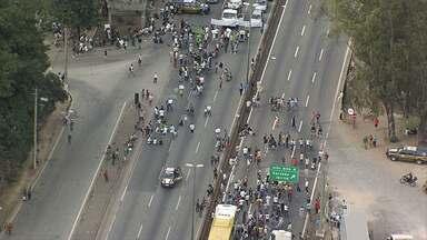Manifestantes fecham duas estradas importantes em Minas Gerais - Foram as BRs 381 e 040.