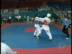 Atletas disputam o estadual de taekwondo em Londrina - A competição serve para selecionar os lutadores que vão disputar o brasileiro pelo Paraná.