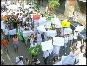Moradores de São Fidélis, Norte Fluminense, fazem manifesto - Protesto reuniu cerca de 700 pessoas.Manifestação não teve registro de conflitos.