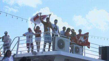 A uma semana do Festival de Parintins, barcos deixam Manaus lotados de turistas - Nas embarcações, o clima já é de festa. Muito boi-bumbá anima a viagem que dura aproximadamente 18 horas.