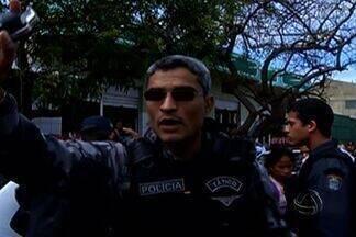 Em Corumbá, mulher com bebê é arrastada durante confusão - Os policiais militares entraram em confronto com pessoas que tentavam vender produtos de maneira irregular em Corumbá. A confusão iniciou quando os policiais tentavam recolher as mercadorias.