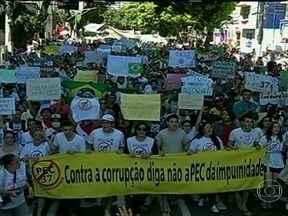 Três mil pessoas protestam contra PEC 37 em Belém - A passeata seguiu pelas principais ruas da cidade. Manifestantes pintaram o rosto e levavam cartazes pedindo o cancelamento da emenda constitucional que inibe o poder de investigação do Ministério Público. Não houve registros de confusão.