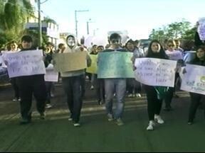 Cerca de 100 pessoas protestaram em Quaraí, RS - Saída foi em frente a prefeitura.