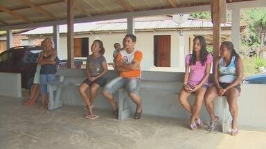 Comunidade do Rosa reclama de falta de ônibus - Na comunidade do Rosa lixo é recolhido apenas uma vez na semana. Moradores reclamam de falta de ônibus.