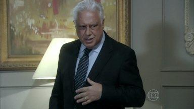 César mente para Pilar - Ela diz que as apólices de seguro que recebeu no hospital eram para Priscila e fica irritado com as desconfianças da esposa e da sogra. Edith implora para que Félix fique com ela