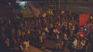 Terceiro dia de protestos em Campinas reúne 3 mil pessoas e 2 detidos, segundo a PM - O terceiro dia de protestos pela redução da tarifa do transporte público em Campinas (SP) reuniu cerca de 3 mil manifestantes, segundo a PM. Houve vandalismo ao patrimônio público e comércio. Duas pessoas foram detidas.