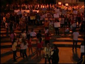 Cerca de duas mil pessoas vão às ruas de Divinópolis, MG - Concentração foi na Praça do Santuário. Este é o segundo manifesto na cidade.