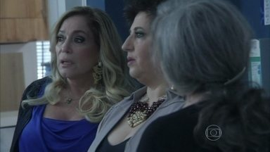 Priscila diz a Pilar que namora Jefferson - Pressionada pela cunhada, ela aponta o primeiro enfermeiro que aparece na sua frente