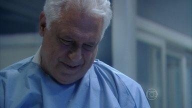 César manda Paulinha ser transferida para perto de Paloma - O médico acredita que uma vai fazer muito bem para a outra