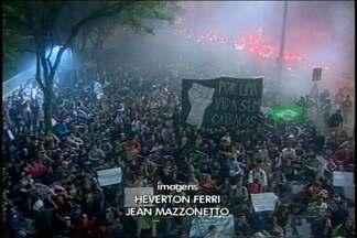 Manifestantes realizam três protestos em Joinville em menos de uma semana - No fim do protesto alguns manifestantes invadiram o terminal e voltaram para casa sem pagar a passagem.