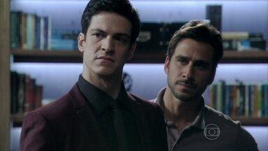 Félix vai embora frustrado da casa de Jacques - O vilão menospreza Inaiá e intimida o médico