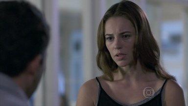 Paloma tenta convencer Bruno a deixar que ela leve Paulinha para casa - Bruno diz que vai pensar e alega que Paloma está diferente com ele