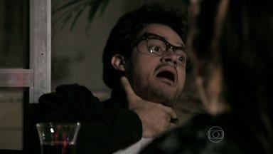 Renan tem uma crise alérgica com o jantar que Perséfone prepara - Ela o leva imediatamente ao hospital