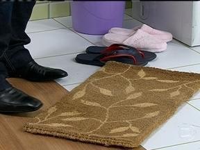 Sapatos devem ser retirados ao entrar em casa - Esfregar os pés no capacho limpa apenas a sujeira grossa. A especialista Ana Ziccardi sugere deixar os sapatos numa sapateira, na lavanderia, para que fiquem arejados, por pelo menos 12 horas.