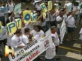 Baianos comemoram e protestam nos 190 anos de independência do estado - Milhares de pessoas foram às ruas em Salvador para acompanhar o cortejo cívico do 2 de Julho, Dia da independência do Brasil na Bahia. O estado comemora 190 anos de independência. Foi nesta data, em 1823, que as tropas portuguesas foram expulsas.