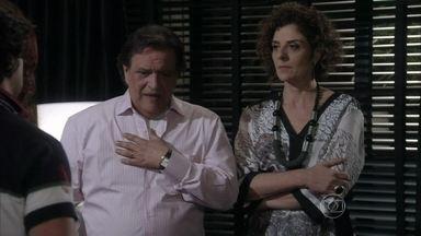 Vega expulsa Gigi e Murilo de sua casa - Ela fica possessa quando os dois pedem dinheiro a Atílio