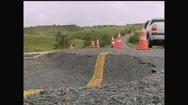 Em Quipapá, chuva destrói casas e faz asfalto de rodovia afundar - Mais uma vez a chuva provoca estragos na Mata Sul de Pernambuco.