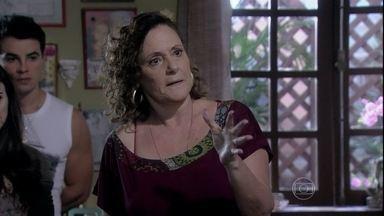 Márcia explica como fez o parto de Paloma - Bruno pede que Valdirene pare de espalhar que a ex-chacrete vendeu um bebê a ele