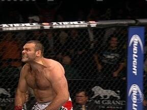 Gabriel Napão vence Dave Herman por nocaute no UFC 162 - Brasileiro aplica um overhand no rosto do americano