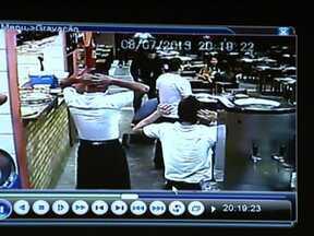 Quadrilha invade restaurante na Vila Mariana - Uma quadrilha invadiu um restaurante na Vila Mariana, na Zona Sul de São Paulo e fez uma arrastão. Imagens das câmeras de segurança mostram toda a ação dos bandidos.