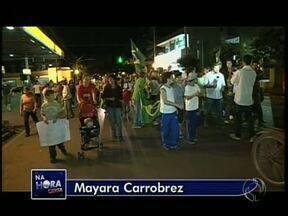Moradores protestam contra fechamento do único hospital de Marialva - O protesto começou na Praça Santos Dumont e terminou na Câmara de Vereadores