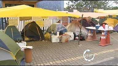 Manifestantes criam 'camping' em frente ao Paço de São José, SP - O feriado de 9 de julho de pelo menos trinta jovens de São José dos Campos será na rua – eles participam do Movimento Passe Livre, grupo que está acampado na frente da prefeitura para pedir a revogação da tarifa.