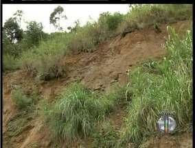 Uma pedra rolou em Nova Friburgo, RJ, após chuva fraca - Local foi interditado pela Defesa Civil. Ainda há riscos de novos deslizamentos.