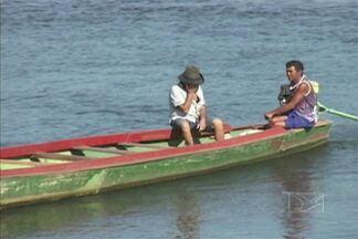 Flagrantes de como não se deve navegar no Rio Tocantins - Cenas de desrespeito às leis praticadas tanto por passageiros como os barqueiros que deveriam orientar as pessoas antes de seguir viagem.