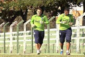 Goleiro Renan deve voltar a meta do Goiás domingo, contra o Criciúma - Briga pela camisa 1 do Esmeraldino está acirrada. Harlei está se recuperando de um problema de saúde e Édson foi bem na última partida, quando Renan estava suspenso.