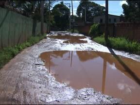 Moradores reclamam da ausência de asfalto do bairro Jardim das Margaridas - Para passar por algumas ruas do local é preciso passar por dentro da lama.