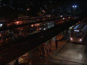 Passageiros reclamam da sujeira e falta de iluminação da Estação da Lapa - Falta de conforto e equipamentos quebrados também estão entre as reclamações dos usuários.