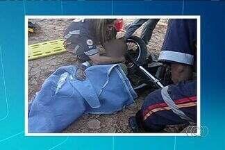 Vítima de assalto arrasta moto acorrentada ao pescoço e pede ajuda - Um homem de 32 anos foi resgatado no domingo (8) após passar dois dias acorrentado pelo pescoço na própria motocicleta, no meio do mato, em Rubiatabax, a 220 quilômetros de Goiânia. Segundo a Polícia Militar, ele foi assaltado por dois homens.