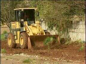 Prefeitura limpa terreno que estava cheio de lixo - O terreno fica na rua Porto Velho, no bairro São Cristovão.
