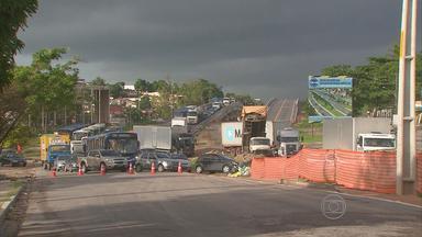 Problema em tubulação prejudica trânsito na PE-15, em Olinda - Alguns motoristas tiveram que passar por cima do viaduto, ainda em construção.