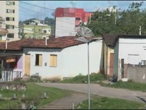 Mãe é suspeita de entregar filho a traficantes para pagamento de dívida - O caso ocorreu na cidade de Itabuna, no sul da Bahia. Segundo a polícia, a mulher encarregada pelos traficantes de ficar com a criança se arrependeu, libertou o menino e depois contou à polícia.