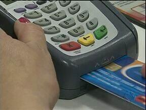 Procon cobra cumprimento da lei que proíbe cobrança de taxa na compra a crédito - Pagamento no cartão de crédito em uma parcela é considerado cobrança à vista e deve ter valor igual aos de compras em dinheiro ou no cartão de débito.