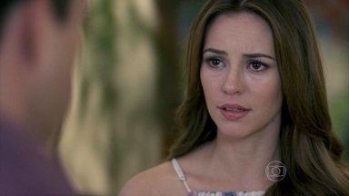 Paloma avisa a Bruno que contou a verdade para Paulinha - O corretor repreende a pediatra e ameaça levar a menina de volta para sua casa. Paloma explica que a saúde de Paulinha inspira cuidados e convence Bruno a deixar a menina sob seus cuidados