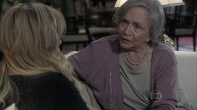 Bernarda fica intrigada com cheque que Atílio deu para Gigi - A perua pede para Pilar pagar suas dívidas. Bernarda sugere investigar Alfredo Gentil para tentar descobrir o paradeiro de Atílio