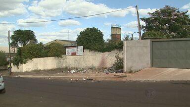 Lixo e entulho se acumulam nas ruas do Jardim Marchesi, em Ribeirão - Problema começou depois construção de um posto de saúde foi parada.