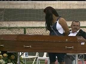 Vítimas de acidente de ônibus são veladas em Brasília - O ônibus com 42 passageiros saiu de Sobradinho e tombou perto de Governador Valadares, em Minas Gerais. O acidente ocorreu na última sexta-feira (12) e 11 pessoas morreram.