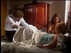 Marcos e Carola fazem o parto de Sônia - Após Clóvis ser preso, ela sofre com o parto, mas se emociona quando pega o bebê no colo.