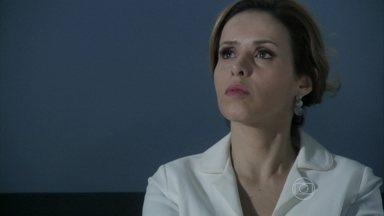 Glauce percebe as intenções de Félix - O vilão tenta convencer a médica a falsificar o exame de DNA de Paloma e Paulinha