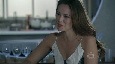 Amor à Vida - Capítulo de terça-feira, dia 16/07/2013, na íntegra - Paloma conta para Paulinha que elas terão que fazer um novo exame de DNA
