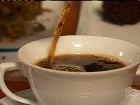 Veja qual o bolo correto para acompanhar o café - Segundo a barista, Isabela Raposeiras, o que mais combina com o café são os bolos com queijos e as tortas salgadas. A especialista costuma comer salgados para acompanhar o café.