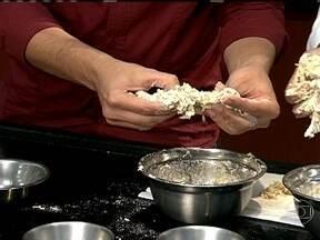 Chefe de cozinha alerta para a escolha da farinha usada no bolo - Segundo o chefe de cozinha, Kaka Silva, é preciso se atentar com relação ao glúten da farinha. A farinha que mais absorver a quantidade de água, é a que possui mais Glúten.